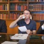 Bolsonaro toma leite e esquerda fala em nazismo