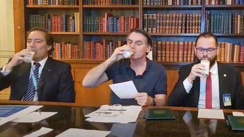 imaginar que Bolsonaro toma leite com o objetivo de passar uma mensagem para determinado grupo (dog whistle) só ganha crentes na esquerda tupiniquim.