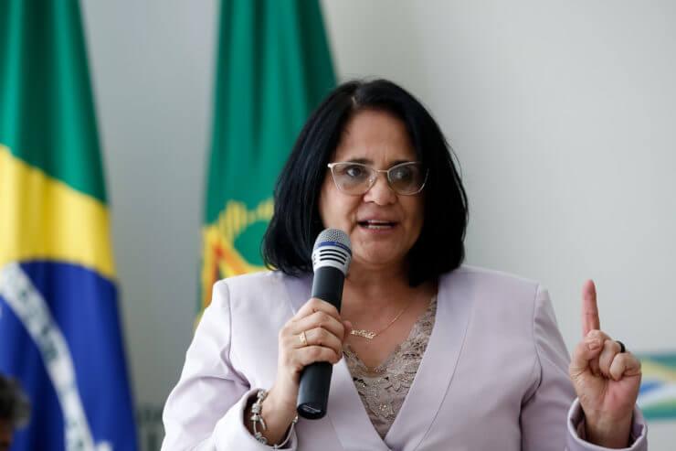 Colunista da Folha acusa Damares Alves de suborno