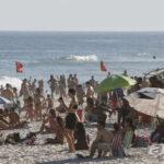 Paulistas fartos com quarentena de Doria vão à praia
